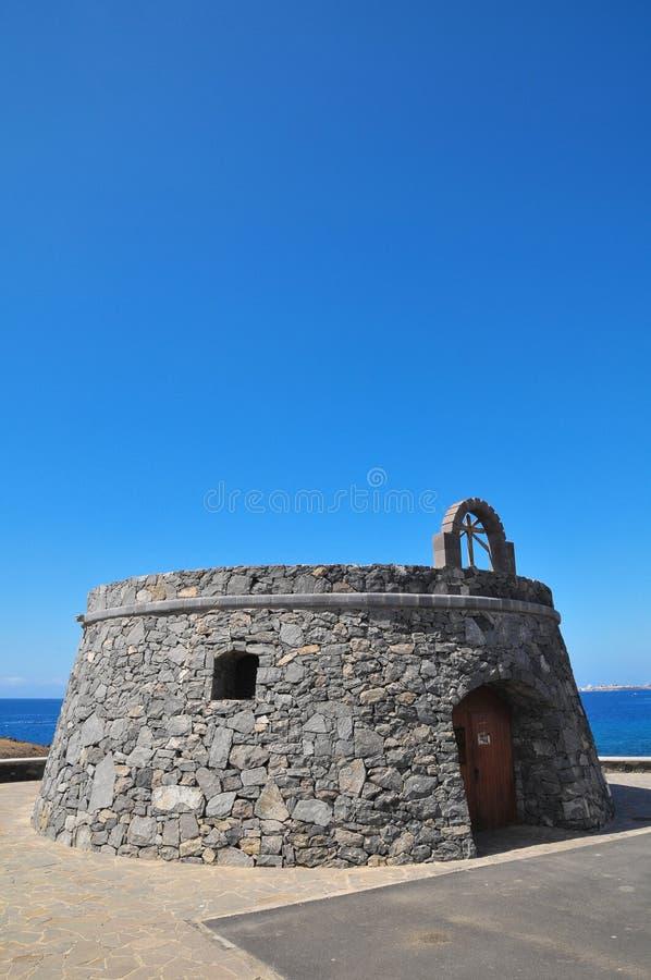 Gray Bunker em um céu azul imagens de stock
