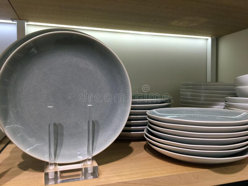 Ð¡eramic plates on a shelf in a store. Tableware stock photography