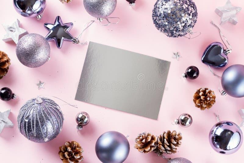 Gray Christmas-Dekorationen auf Rosa stockfotografie
