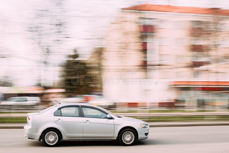 Gray Color Sedan Car Mitsubishi Lancer dans le mouvement rapide sur la rue image libre de droits