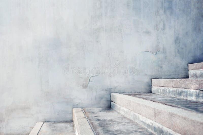 Gray Concrete Stair vacío, estilo industrial del desván del cemento moderno vista lateral y foco selectivo foto de archivo