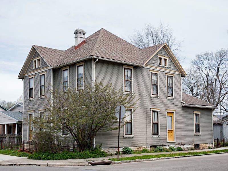 Gray Corner House avec grand Bush photo stock