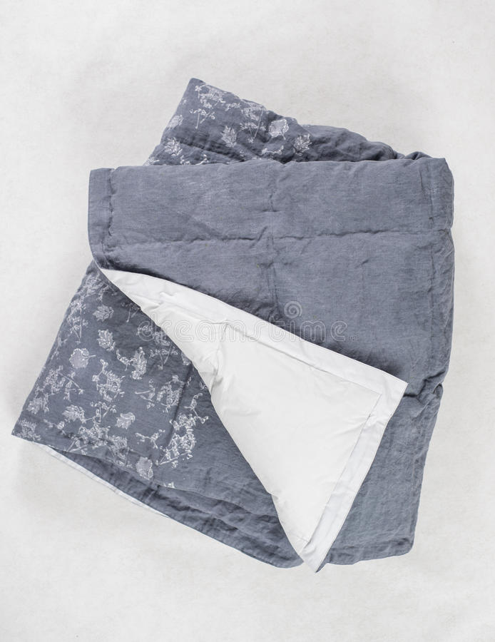 Gray Duvet foncé avec le dessous blanc exposé au-dessus du contexte blanc image stock