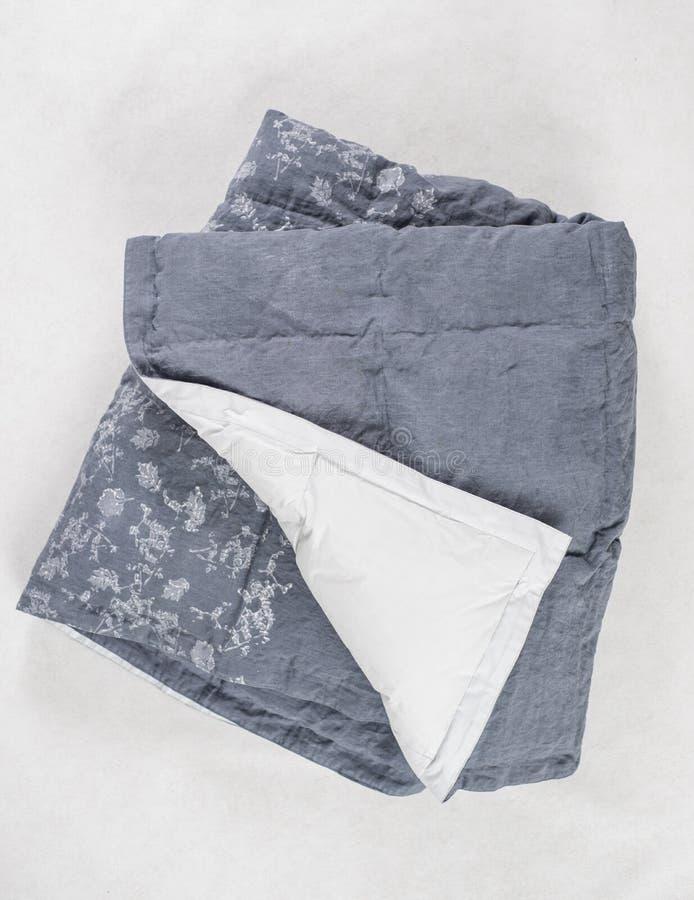 Gray Duvet oscuro con el superficie inferior blanco expuesto sobre el contexto blanco imagen de archivo