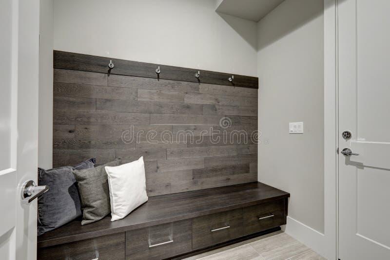 Gray Foyer caratterizza la mezza parete di legno di accento della plancia fotografia stock libera da diritti