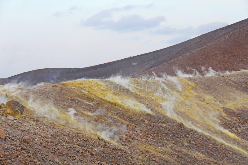 Gray Hydrogen Volcano och Volcano Craters på den Vulcano ön, Lipari, Italien Solnedgång gas, svavel, giftiga par, avdunstning arkivfoto
