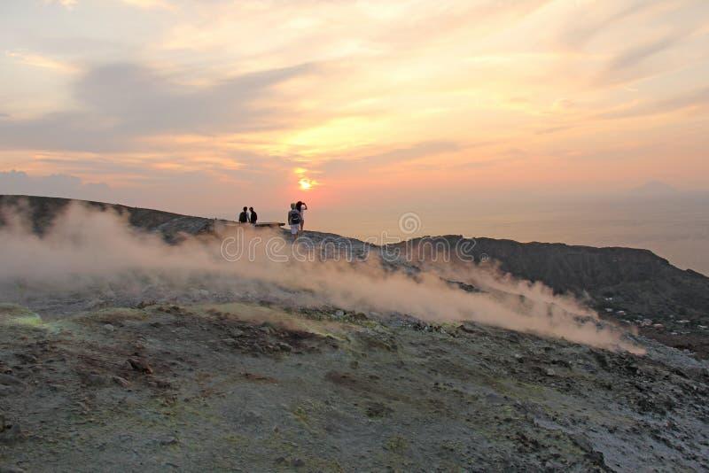Gray Hydrogen Volcano och Volcano Craters på den Vulcano ön, Lipari, Italien Solnedgång gas, svavel, giftiga par, avdunstning royaltyfri fotografi