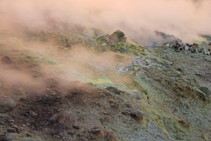 Gray Hydrogen Volcano och Volcano Craters på den Vulcano ön, Lipari, Italien Solnedgång gas, svavel, giftiga par, avdunstning royaltyfri foto