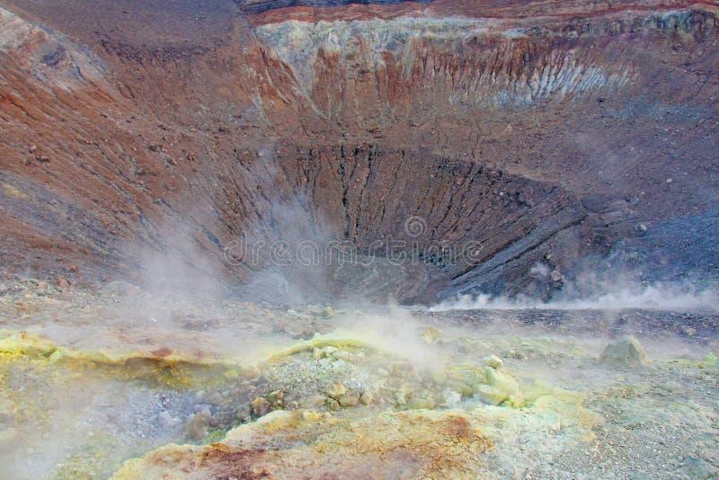 Gray Hydrogen Volcano och Volcano Craters på den Vulcano ön, Lipari, Italien Solnedgång gas, svavel, giftiga par, avdunstning royaltyfri bild