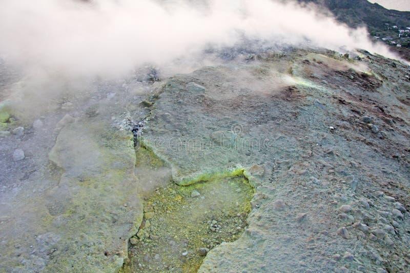Gray Hydrogen Volcano och Volcano Craters på den Vulcano ön, Lipari, Italien Solnedgång gas, svavel, giftiga par, avdunstning arkivbilder
