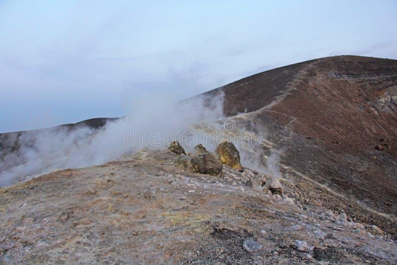 Gray Hydrogen Volcano och Volcano Craters på den Vulcano ön, Lipari, Italien Solnedgång gas, svavel, giftiga par, avdunstning arkivfoton
