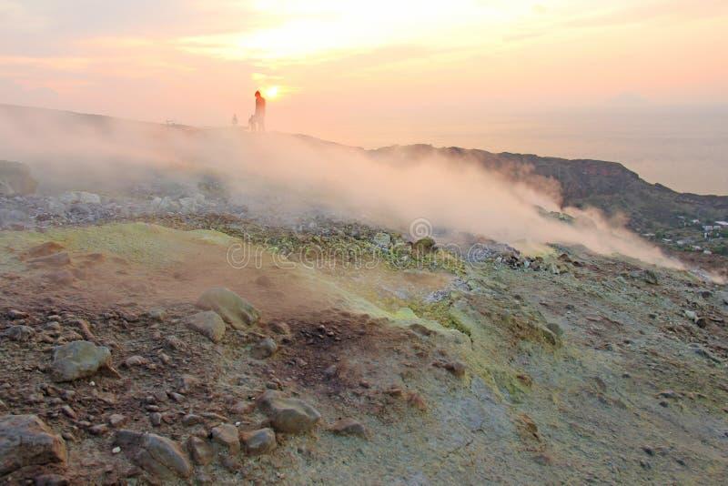 Gray Hydrogen Volcano och Volcano Craters på den Vulcano ön, Lipari, Italien Solnedgång gas, svavel, giftiga par, avdunstning royaltyfria foton