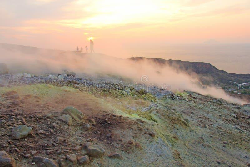 Gray Hydrogen Volcano och Volcano Craters på den Vulcano ön, Lipari, Italien Solnedgång gas, svavel, giftiga par, avdunstning royaltyfria bilder