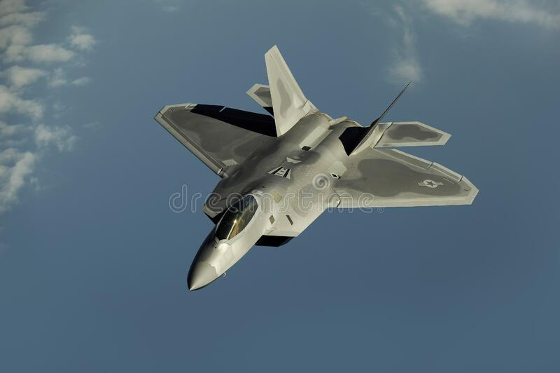 Gray Jet Flying Through himlen under dag royaltyfri fotografi