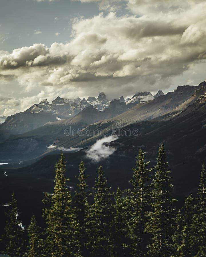 Gray Mountains Under Gray Sky på dagen royaltyfri fotografi