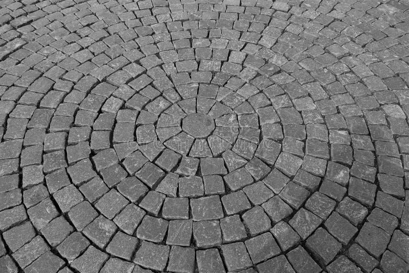Gray Pavement von den Kopfsteinen gelegt in konzentrische Kreise lizenzfreies stockfoto