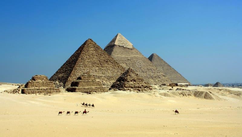 Gray Pyramid på efterrätten under blå himmel arkivbilder