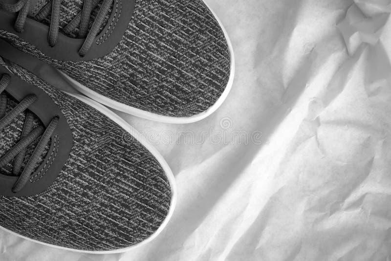 Gray Running-schoenen op verfrommeld document stock afbeeldingen