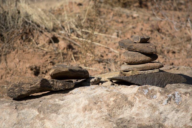 Gray Sandstone Rock Cairn Alongside uma fuga em Utá do sul ao longo do rio do Virgin imagem de stock royalty free