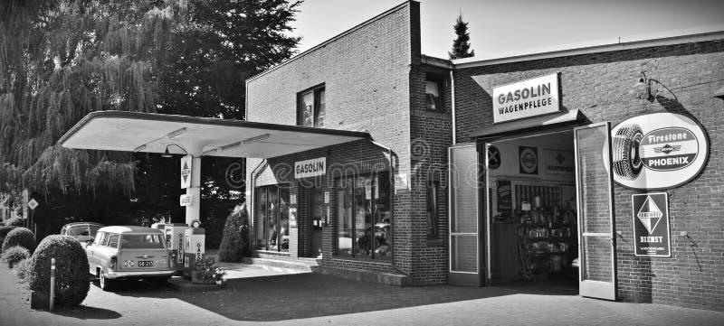 Gray Scale Photo de un sedán parqueado delante de tienda fotos de archivo