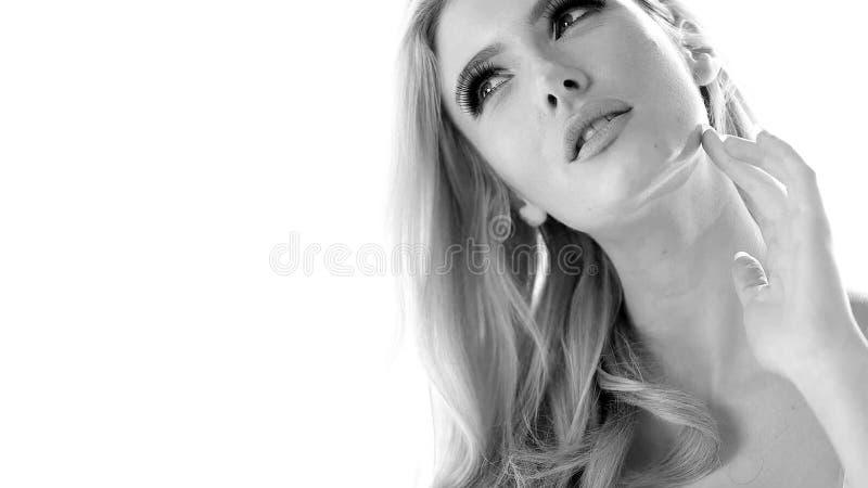 Gray Scale Pretty Woman die in Lingerie omhoog kijken