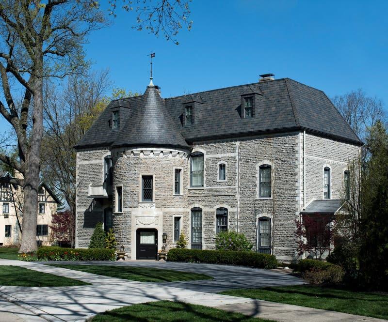 Gray Stone Mansion elegante con la torrecilla redonda foto de archivo libre de regalías