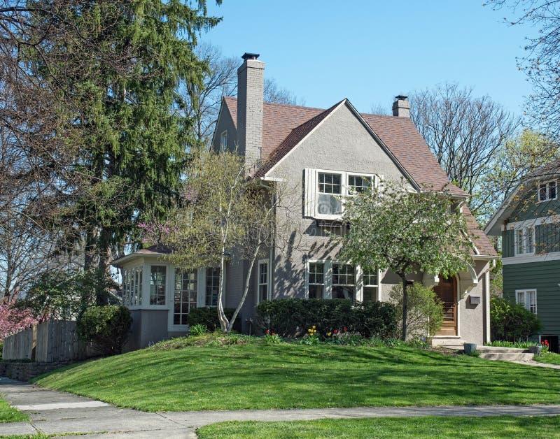 Gray Stucco House met de Lentebomen & Bloemen stock afbeeldingen