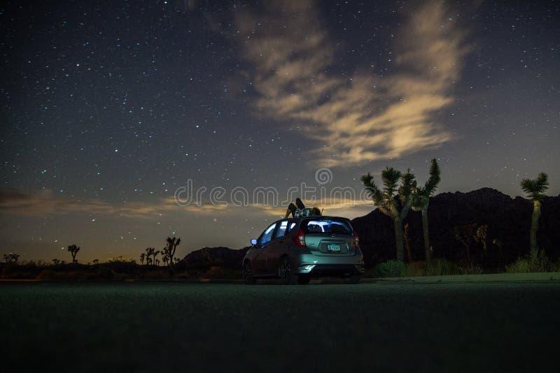 Gray Suv Under Blue Starry himmel under nattetid royaltyfri bild