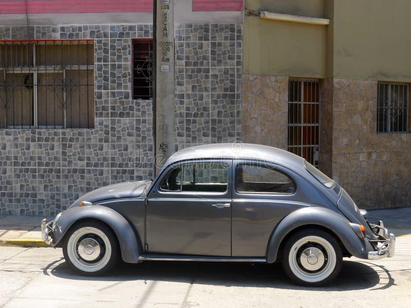 Gray Volkswagen Beetle 1300 i Miraflores, Lima royaltyfria bilder