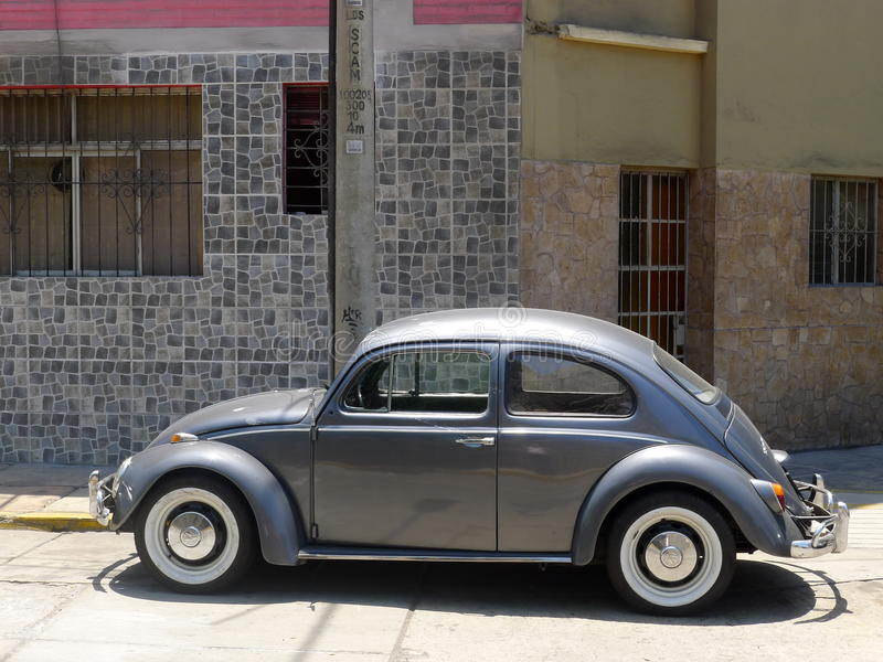 Gray Volkswagen Beetle 1300 in Miraflores, Lima lizenzfreie stockbilder