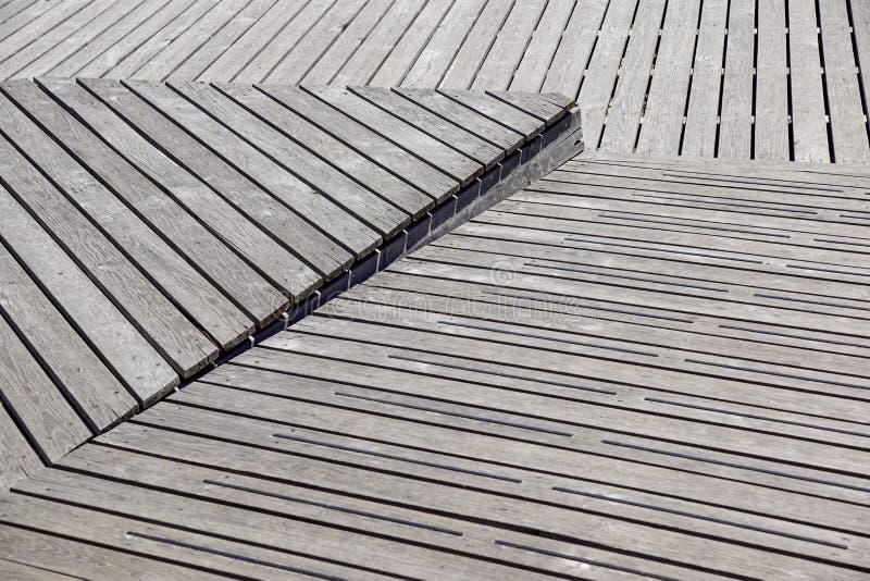 Gray Weathered Wood Deck Planks gångbanamoment fotografering för bildbyråer