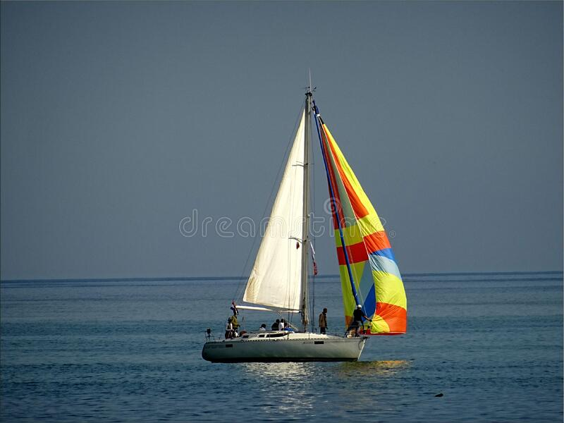 Gray And White Sail Boat With 5 Person Riding On The Middle Of The Body Of Water Free Public Domain Cc0 Image