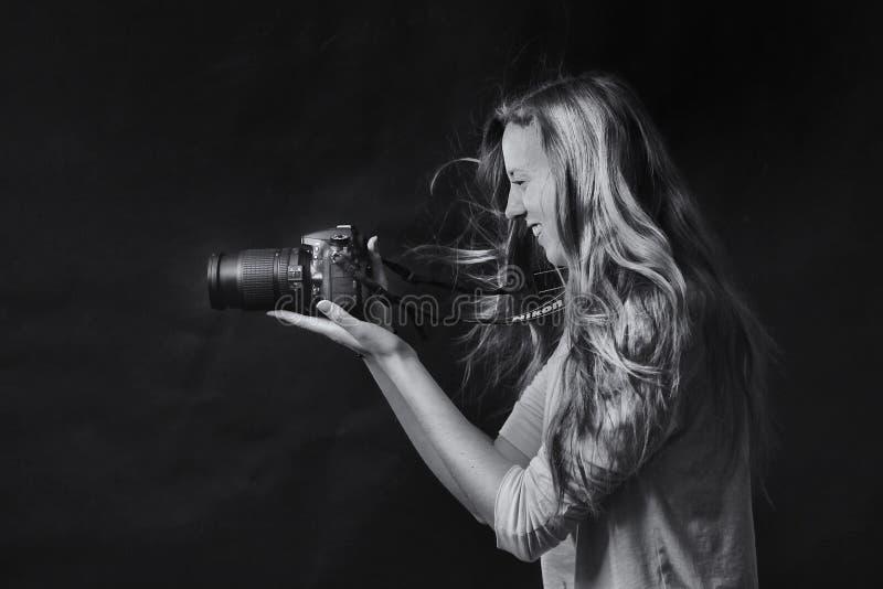 Φωτογραφία Grayscale της γυναίκας που χρησιμοποιεί τη κάμερα Dslr στοκ φωτογραφία με δικαίωμα ελεύθερης χρήσης
