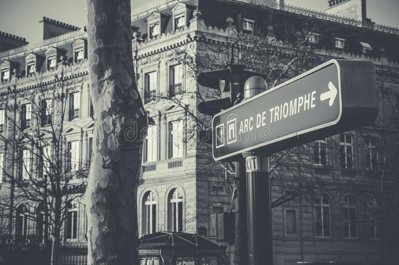 Grayscale Foto von Black and White Arc De Triomphe Street Sign lizenzfreies stockfoto