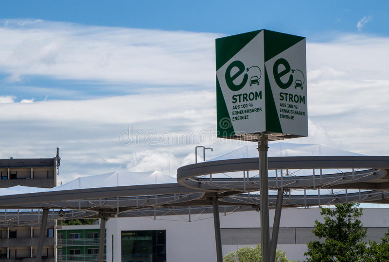 Graz, Österreich - 10. Juni 2017: Eine Ladestation des Elektroautos stockfotografie