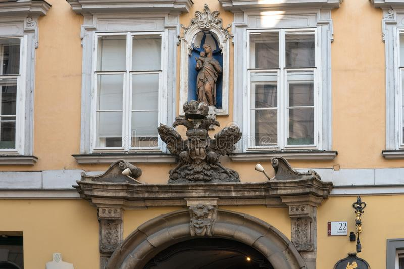 Graz Österrike September 2018: Imperialistiskt örnemblem på en byggnad i den historiska mitten arkivfoton