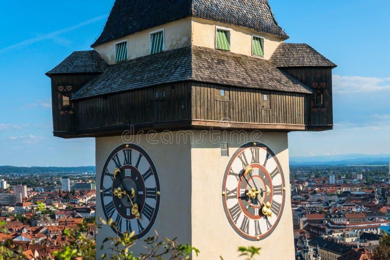 Graz, Austria Lo Schlossberg - collina del castello con la torre di orologio Uhrturm immagine stock libera da diritti