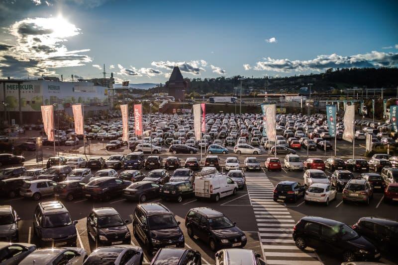Graz Straßgang Österrike - November 24th, 2017: Mycket av parkeringshuset arkivbild