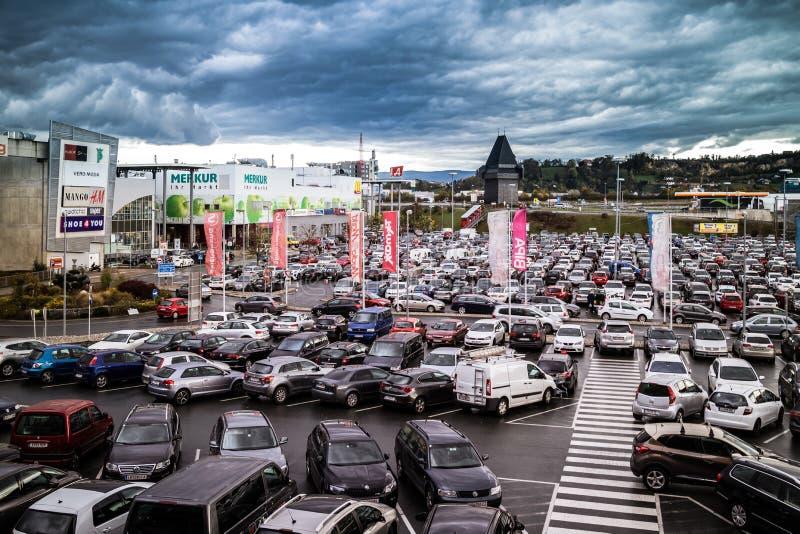 Graz Straßgang Österrike - November 24th, 2017: Mycket av parkeringshuset fotografering för bildbyråer