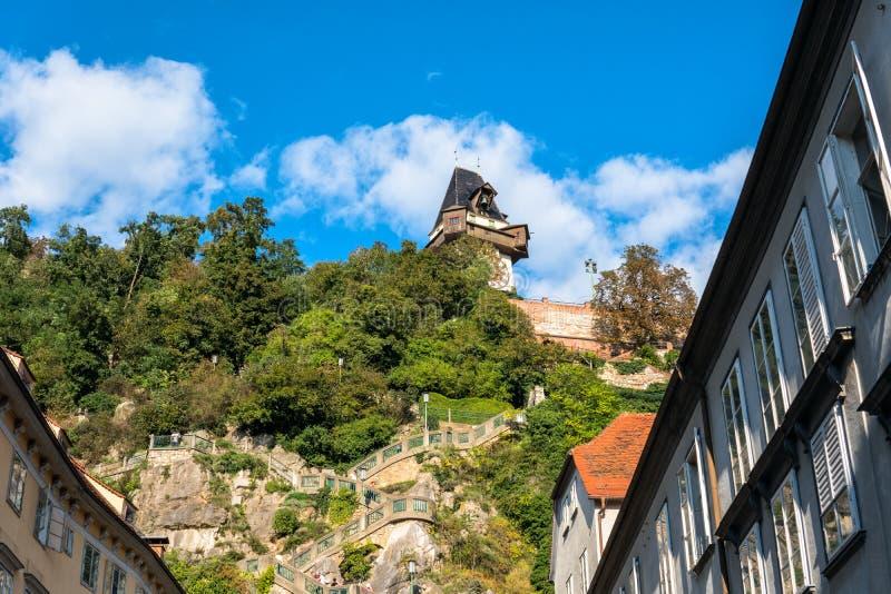 _ Graz Trappa som leder till den högsta punkten av den ledande kullen Schlossber för stadstrappuppgång royaltyfri bild