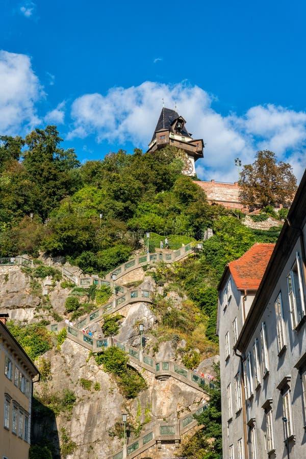 _ Graz Trappa som leder till den högsta punkten av den ledande kullen Schlossber för stadstrappuppgång royaltyfri foto