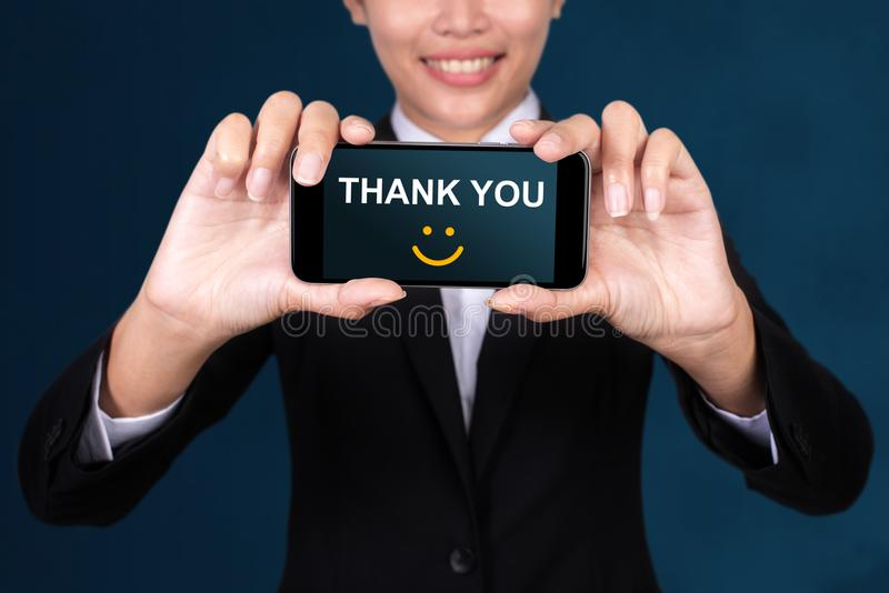 Grazie concetto, la donna di affari felice Show che il testo vi ringrazia su MP immagini stock libere da diritti