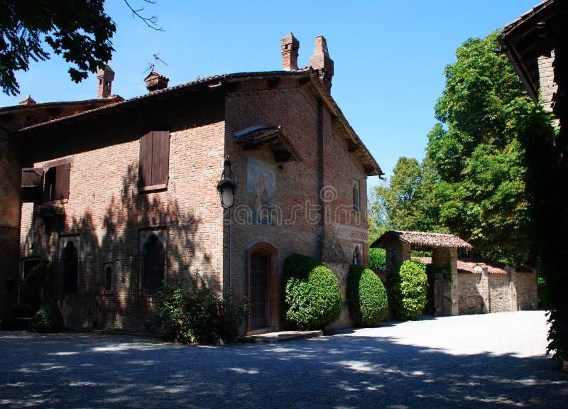 Grazzano Visconti, ricostruzione di un villaggio medievale, entrata libera, nella provincia di Piacenza, l'Italia immagini stock