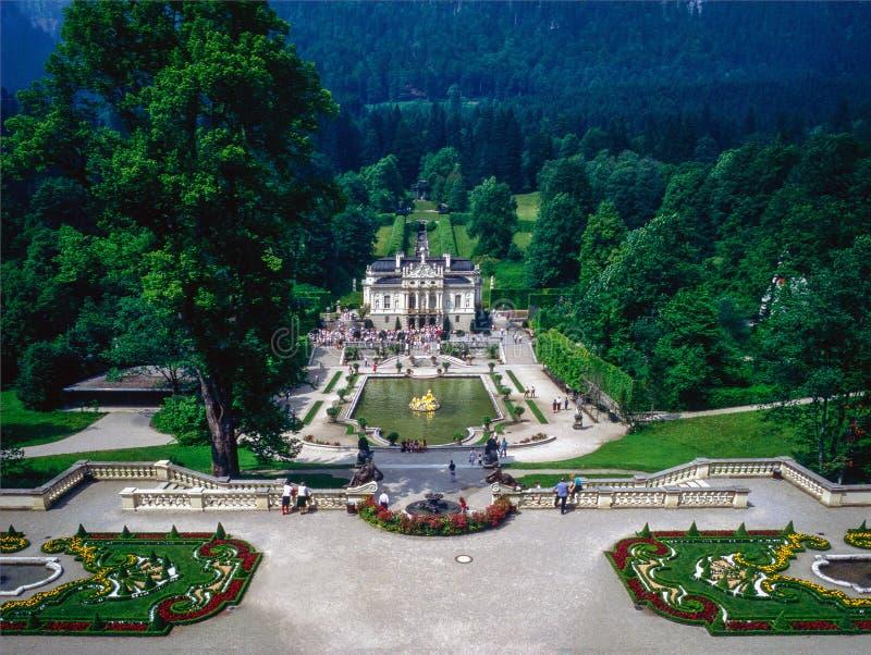 Grdens com a fonte no palácio Linderhof foto de stock