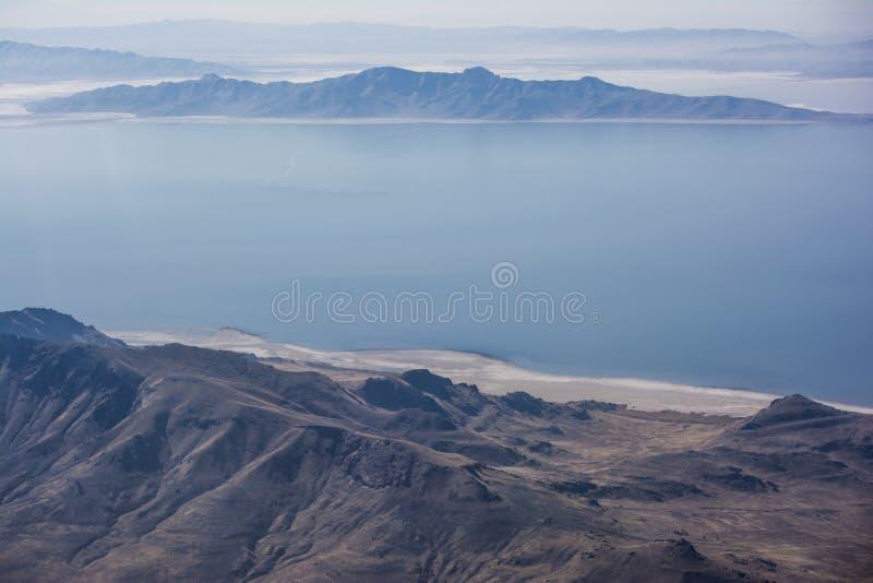 Great Salt Lake e montanhas fotos de stock