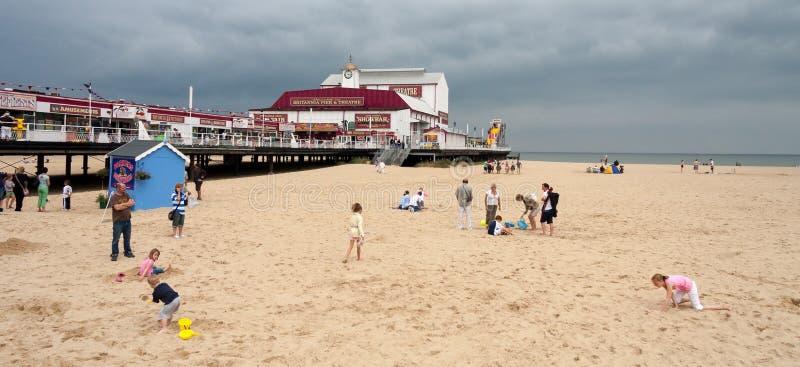 GREAT YARMOUTH, NORFOLK/UK - 6-ОЕ АВГУСТА: Семьи наслаждаясь днем стоковое фото