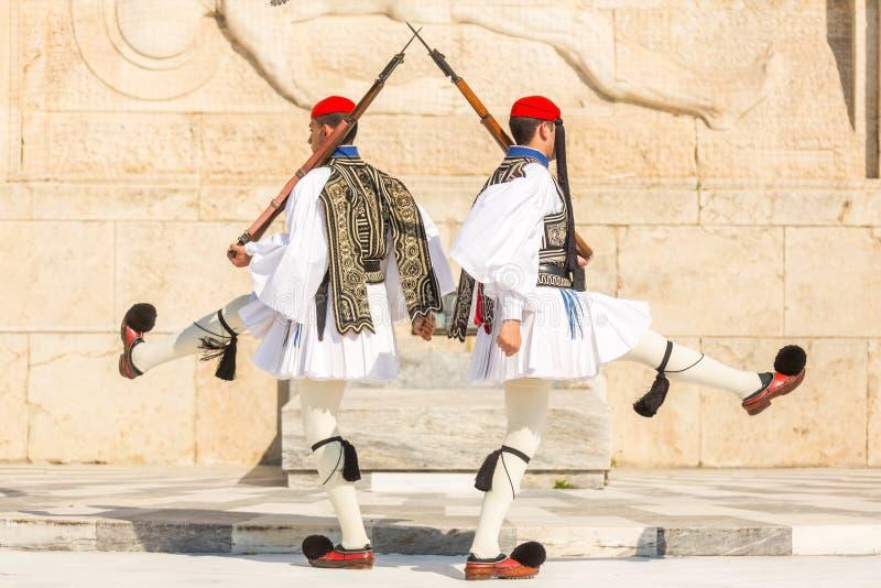 Greccy żołnierze Evzones nawiązywać do członkowie gwardia prezydencka, elita ceremonialna jednostka, ubierająca w pełnym smokingo zdjęcie stock