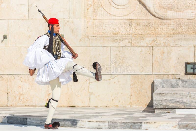 Greccy żołnierze Evzones ubierający w pełnym smokingowym mundurze, nawiązywać do członkowie gwardia prezydencka, elita ceremoniał obrazy royalty free