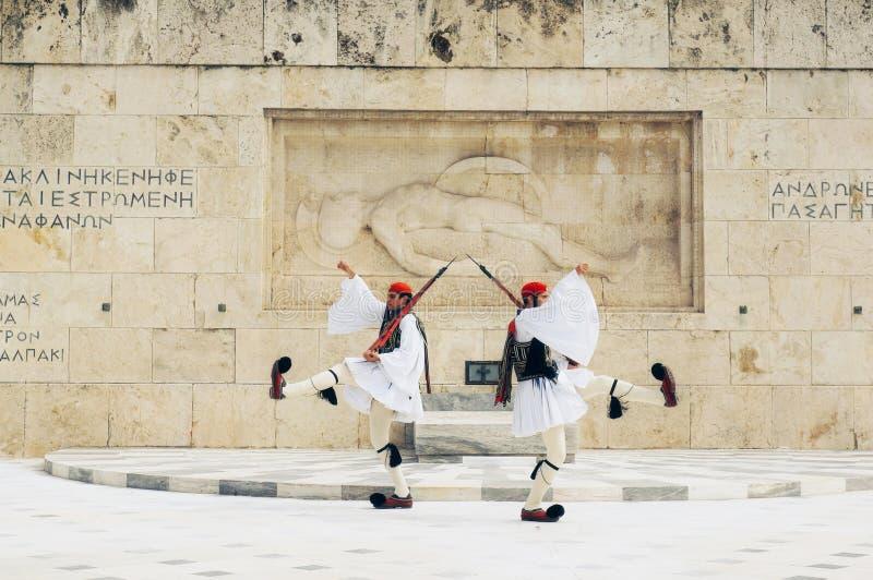 Greccy żołnierze Evzones ubierający w pełnym smokingowym mundurze, nawiązywać do członkowie gwardia prezydencka, elita ceremoniał obrazy stock