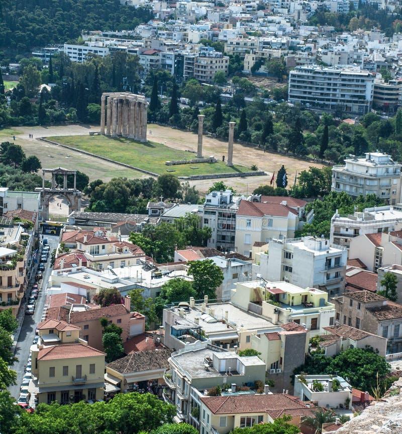 Grecia, Atenas, arquitectura clásica aislada en la urbanización irregular moderna fotos de archivo